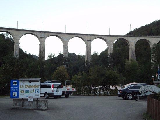Saint-Ursanne, Suiza: Viaduc de Saint-Ursane (vue depuis la Maison du Tourisme)