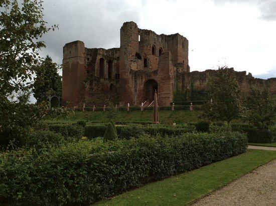 Kenilworth, UK: View of the castle from the knot garden
