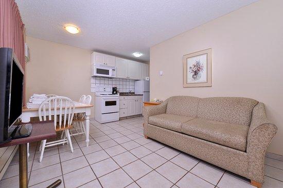Vernon, Canada: One Queen Two Twin Beds Suite Amenities