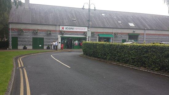 Adare Heritage Centre: Large parking lot behind hedges!