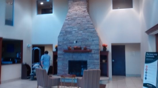 Comfort Inn & Suites: Entrance lobby