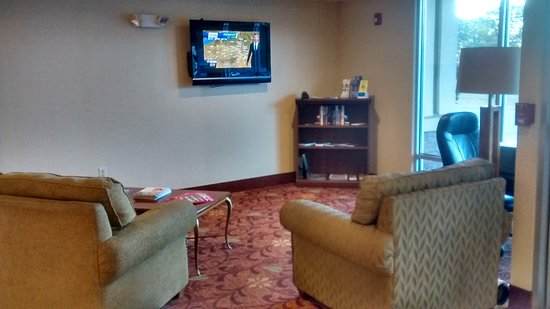 Comfort Inn & Suites: Laughingly call ed a lounge area!!
