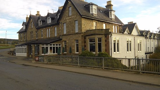 Carrbridge Hotel: The hotel seen from the road