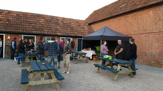 Cranborne, UK: Beer and BBQ at the Sixpenny Tap
