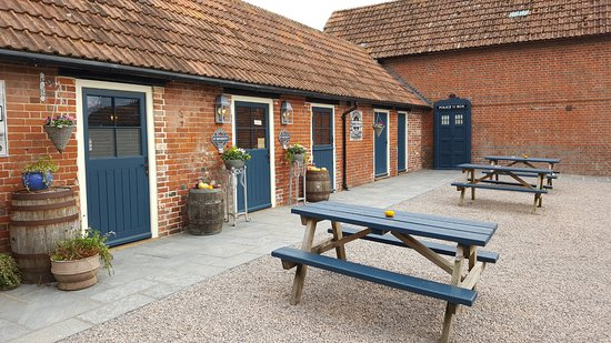 Cranborne, UK: Exterior of the renovated stable block, now the shop and bar