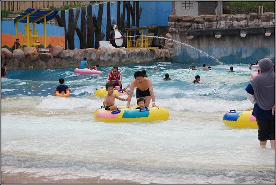 Bukit Gambang Resort City- Water Park : Wave Pool with different strength of waves. The strongest wave can rock our boat (float). Superb