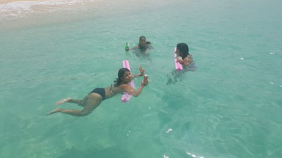 Oyster Pond, St-Martin/St Maarten : Enjoying our drinks in the beach.