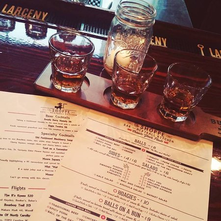 Carrboro, Kuzey Carolina: Menu & bourbon flight.