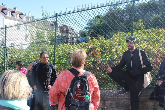 City Free Tour: Chris telling us about the last vineyard in Monmartre!