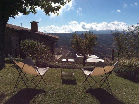 Castiglioncello del Trinoro, Italien: One of the many places to sit and soak in views