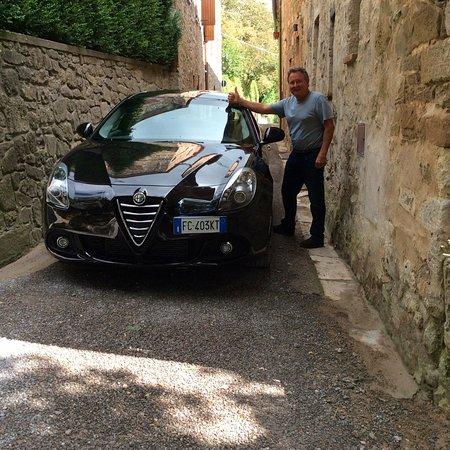 Castiglioncello del Trinoro, Italien: Look how narrow! Right outside our room entrance.