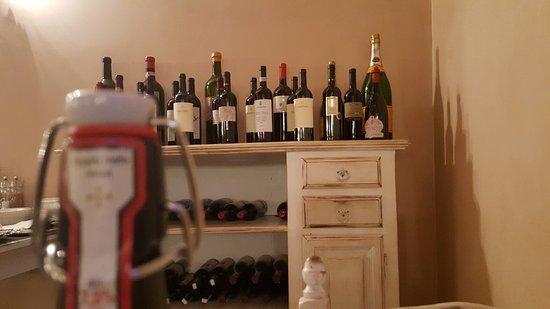 Ponte San Marco, Ιταλία: Scorcio di una credenza con collezione di vini
