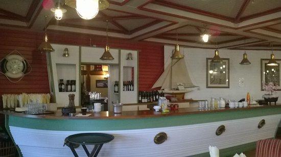 Island View Hotel: Ship shape bar