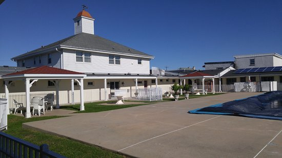 Point Pleasant Manor: The pool (on the right) was closed for the season, but this was the view of the poolside area.