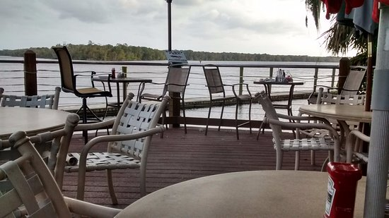 East Palatka, FL: Tiki Bar deck overlooking the St. John's River