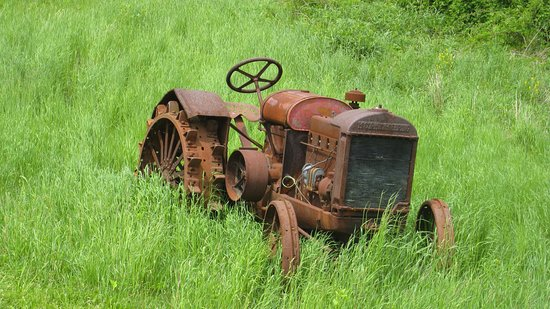 Altamont, NY: Old tractor at Indian Ladder Farms