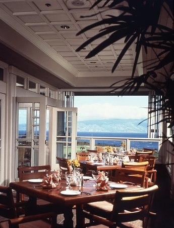 Plantation House Restaurant: Enjoy the fresh air as it blows through our open concept dining room or lounge.
