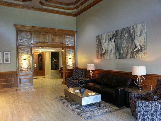Ashton Inn & Suites- Navy : Front Lobby