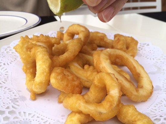 Lo Pagán, España: Squeezing lemon over the Squid (calamar a la romana)