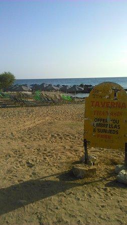 Zorbas Beach Village Hotel: Nearby beach taverna