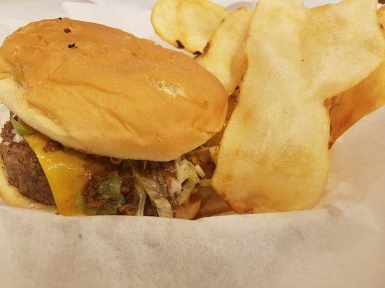 Elon, Karolina Północna: Cheeseburger and chips