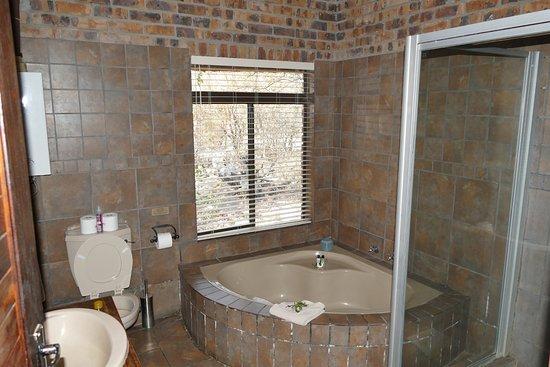 badkamer met groot bad  picture of gomo gomo game lodge, klaserie, Meubels Ideeën