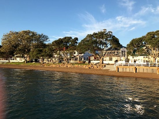 Russell, New Zealand: Looking back at the Hotel from the Pier