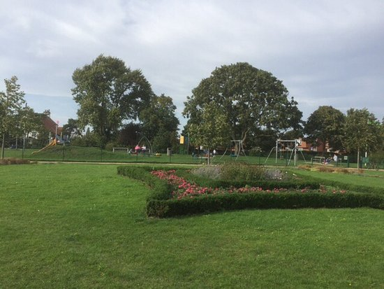 ‪‪Newark-on-Trent‬, UK: Ornamental flower beds and play area‬