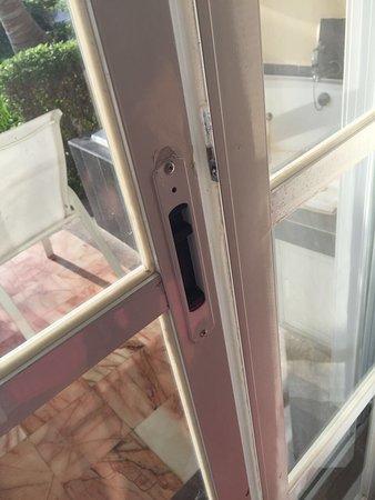 Hotel Casa Turquesa: Broken back door lock leading to pool