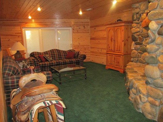 Island Park, ID: Living room downstairs in Luxury Cabin