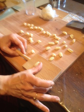 Province of Catania, Ιταλία: Perfecting the art of making tiny rolled pastas!