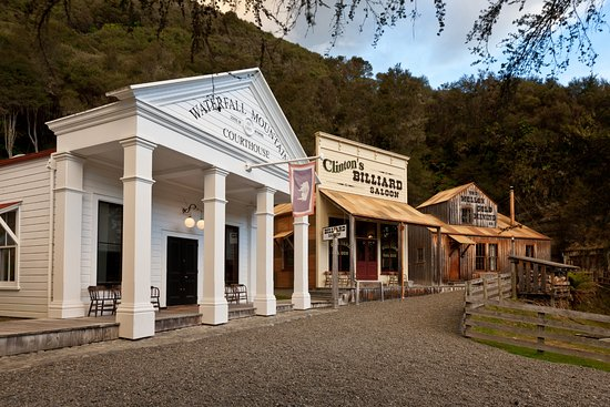 Raetihi, New Zealand: Courthouse, Billards and the Old Mine