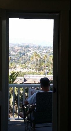 South Pasadena, Californien: One of several views from our room. The balcony is a nice place to sit and read.
