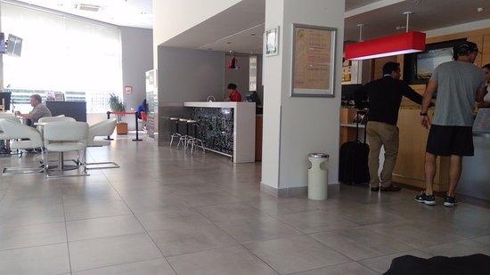 Ibis Santiago Providencia: Hall de entrada com o bar ao fundo.