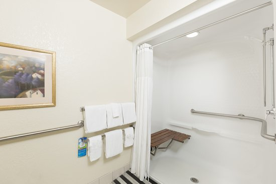 Baymont Inn & Suites Des Moines Airport: Bathroom in Accessible Suites