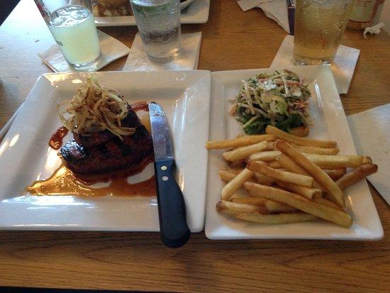 Coventry, RI: Schwein ohne Knochen mit Pommes und leckerem Salat(incl Brokoli)