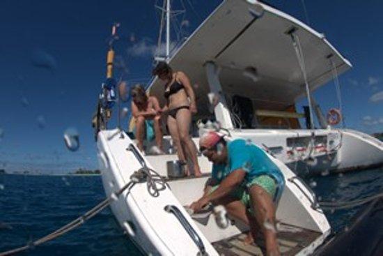 Rangiroa, French Polynesia: Itemata - Préparation du poisson tout juste pêché.