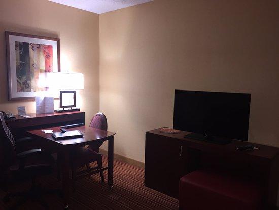 Murfreesboro, TN: living room area desk & TV