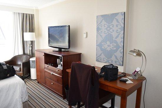 Chateau Victoria Hotel and Suites: Desk Area