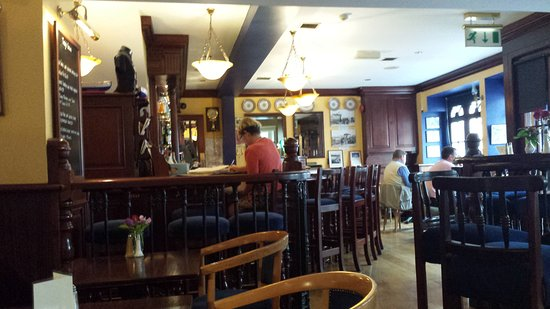 Youghal, Irlande : September front bar at 3 pm