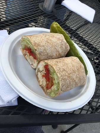 Hamden, Κονέκτικατ: Awesome chicken wrap with roasted red peppers, mozzarella, lettuce, tomato...delicious!