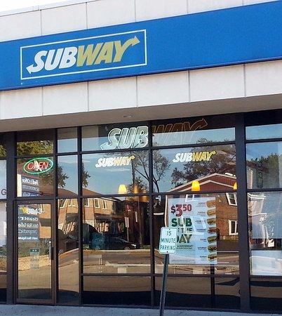 ลิงคอล์นวูด, อิลลินอยส์: The front and entrance to Subway