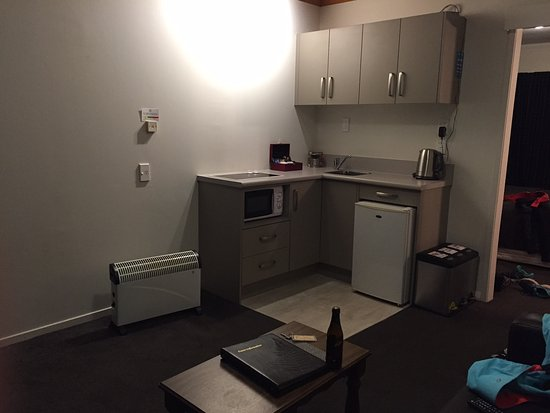 Timaru, Новая Зеландия: Lounge room + kitchenette.