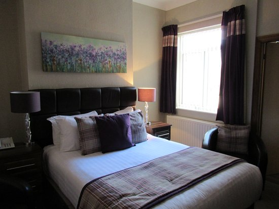 Chester Stone Villa: Restful decor, well lit and quiet room.