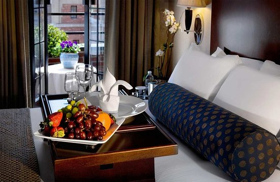 Hilton Manhattan East: King Guest Room