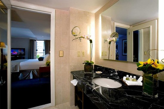 Hilton Manhattan East: Bathroom