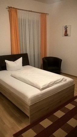 Eggenfelden, Alemania: sauberes zweckmäßiges Zimmer