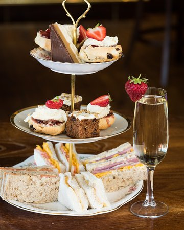 Boat of Garten, UK: Afternoon Tea & Bubbly