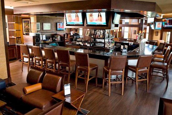 Doubletree by Hilton Hotel Hartford - Bradley Airport: Shade Bar Area