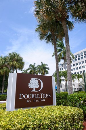 DoubleTree by Hilton Hotel Deerfield Beach - Boca Raton: Here is a picture that my wonderful photographer took from outside the hotel.